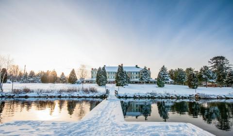 Auberge et lac en hiver