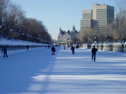 En hiver, le Rideau Canal d'Ottawa est la plus longue piste de patin au monde