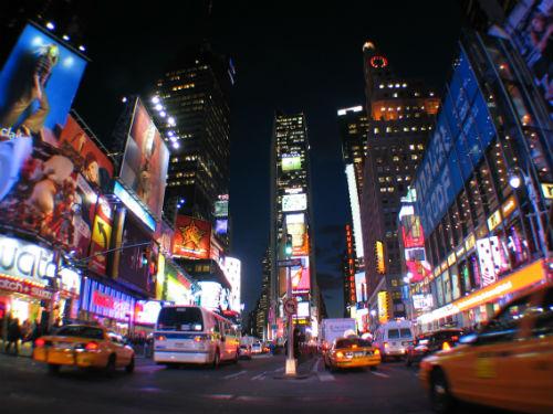 Time Squares de nuit, illuminée par les néons